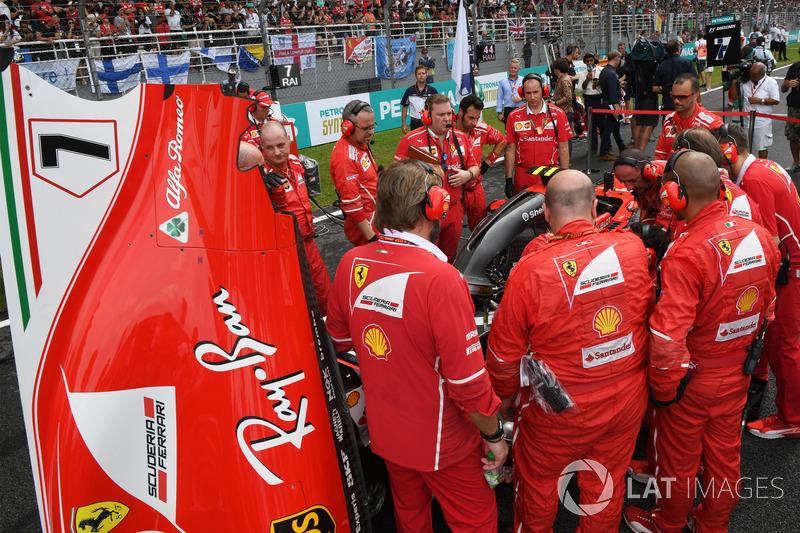 Ferrari sedang memperbaiki SF70-H milik Raikkonen di grid