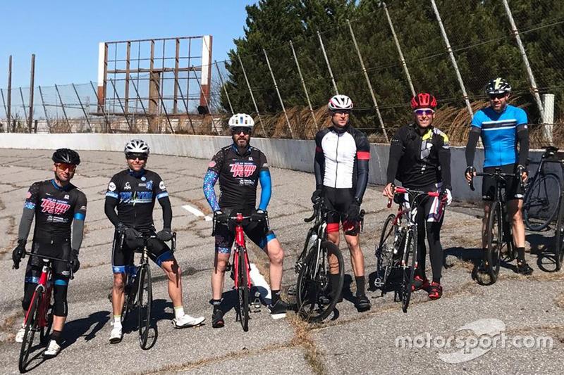 Jamie McMurray, secondo da destra, e amici in bici sul chiuso North Wilkesboro Speedway