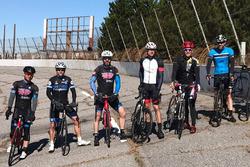 Jimmie Johnson, Jamie McMurray, Matt Kenseth und Freunde mit dem Fahrrad auf dem stillgelegten North Wilkesboro Speedway