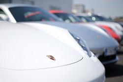 Porsche parcheggiate nel paddock