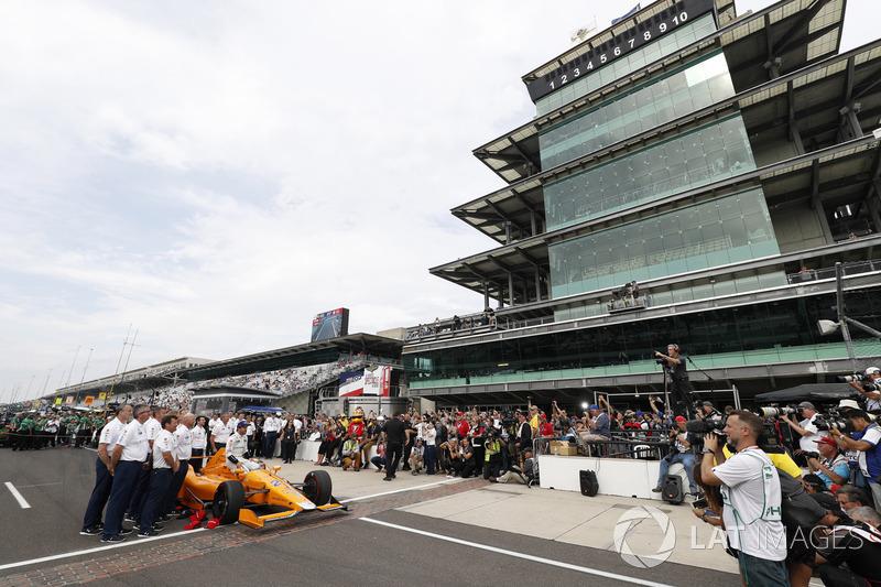 Fernando Alonso, Andretti Autosport Honda y equipo se toman su retrato oficial tras la clasificación