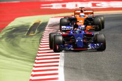 Daniil Kvyat, Scuderia Toro Rosso STR12, Fernando Alonso, McLaren MCL32