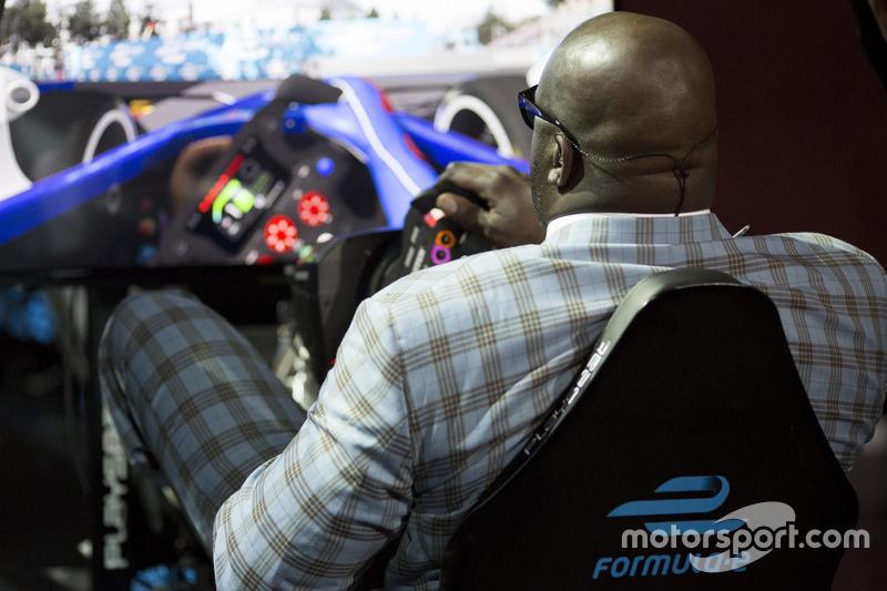 Leyenda del baloncesto Shaquille O'Neal en el simulador de la Fórmula E