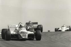 Ralenti par des ennuis mécaniques au volant de son Arrows A5-Cosworth, le pilote suisse Marc Surer avait dû se contenter du 15e rang.