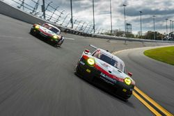 №911 Porsche Team North America Porsche 911 RSR: Патрик Пиле, Дирк Вернер, Фредерик Маковецки, №912