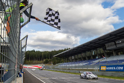 Checkered flag for #911 Herberth Motorsport Porsche 991 GT3 R: Daniel Allemann, Robert Renauer, Alfred Renauer