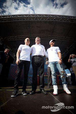 Valtteri Bottas, Mercedes AMG, Ross Brawn, Managing Director of Motorsports, FOM, and Lewis Hamilton, Mercedes AMG