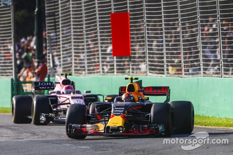 Max Verstappen, Red Bull Racing RB13, y Esteban Ocon, Force India VJM10