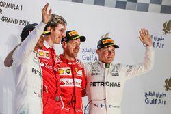 Podium : le second Lewis Hamilton, Mercedes AMG, Matteo Togninalli, ingénieur de course en chef Ferrari, le vainqueur Sebastian Vettel, Ferrari, le troisième Valtteri Bottas, Mercedes