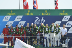 GTE AM podium: primer lugar, Robert Smith, Will Stevens, Dries Vanthoor, JMW Motorsport, segundos, D