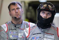 Porsche-Teammitglieder bei Ausfall des #1 Autos
