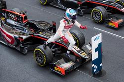 Yarış galibi Nyck De Vries, Rapax