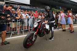 Lewis Hamilton, Mercedes AMG F1 arriva sulla sua MV Agusta Dragster RR LH44 Limited Edition