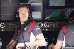Un ingegnere Haas F1 Team