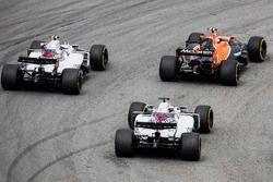 Stoffel Vandoorne, McLaren MCL32, Lance Stroll, Williams FW40, Felipe Massa, Williams FW40