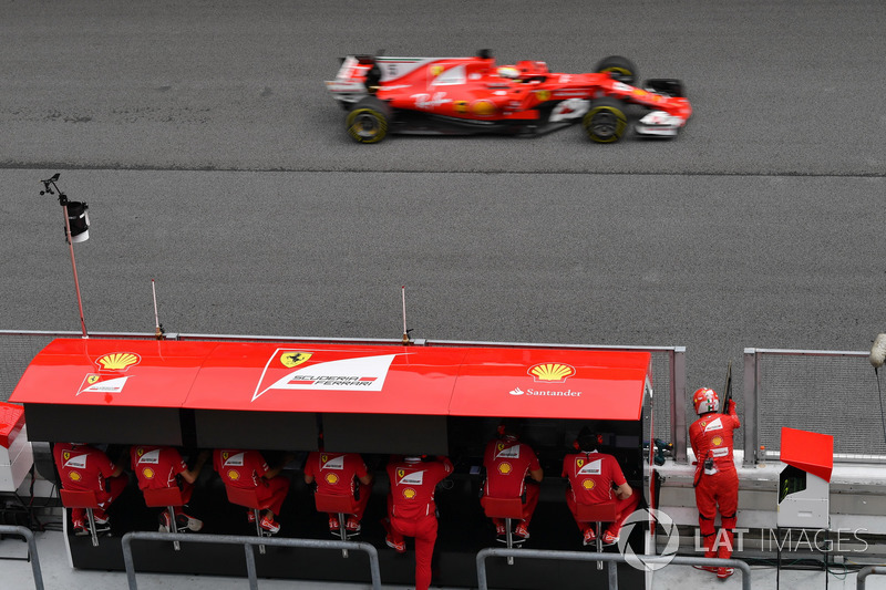 Sebastian Vettel, Ferrari SF70H melewati pit wall Ferrari