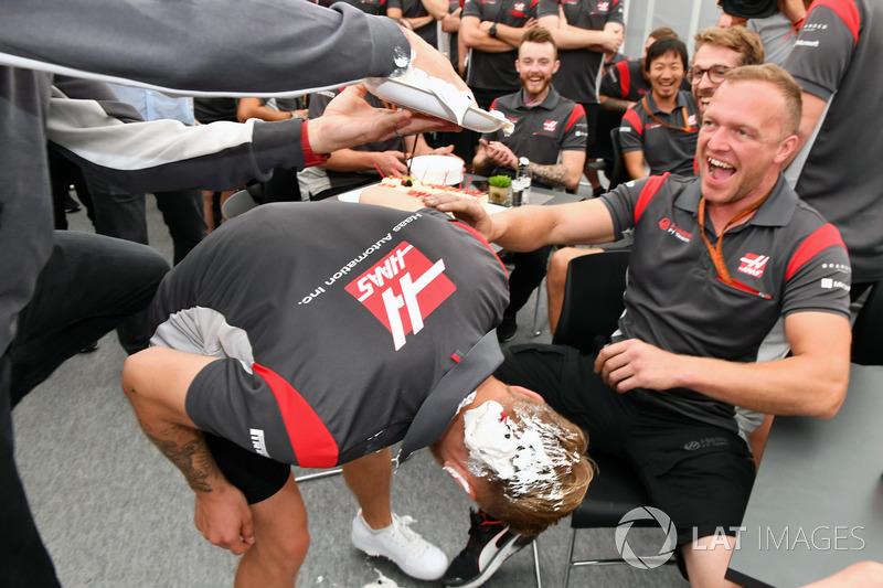 Romain Grosjean melempar kue ulang tahun ke rambut Kevin Magnussen