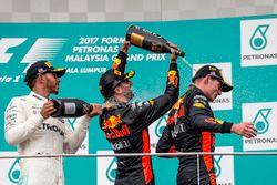 Podyum: 2. Lewis Hamilton, Mercedes AMG F1, yarış galibi Max Verstappen, Red Bull Racing ve 3. Daniel Ricciardo, Red Bull Racing