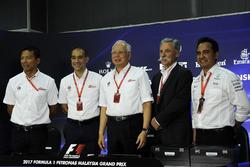 Пресс-конференция: руководитель автодрома «Сепанг» Тан Шри Азман, премьер-министр Малайзии Наджиб Ра