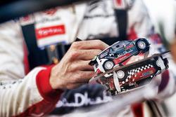 Kris Meeke, Citroën World Rally Team, signe un autographe sur un modèle réduit