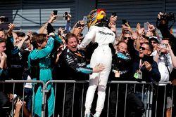 Sieger Lewis Hamilton, Mercedes AMG F1, feiert im Parc Ferme mit dem Team