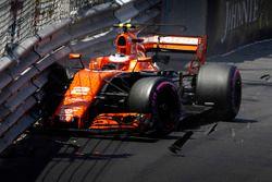 Crash: Stoffel Vandoorne, McLaren, MCL32
