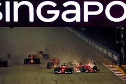 Crash: Sebastian Vettel, Ferrari SF70H, Kimi Raikkonen, Ferrari SF70H, Max Verstappen, Red Bull Raci