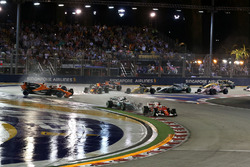 Себастьян Феттель, Ferrari SF70H, Макс Ферстаппен, Red Bull Racing RB13, Кімі Райкконен, Ferrari SF70H та інші на старті