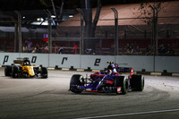 Carlos Sainz Jr., Scuderia Toro Rosso STR12, Nico Hulkenberg, Renault Sport F1 Team RS17