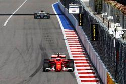 Kimi Räikkönen, Ferrari SF70H; Lewis Hamilton, Mercedes AMG F1 W08