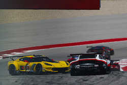 #4 Corvette Racing Chevrolet Corvette C7.R: Oliver Gavin, Tommy Milner, incidente
