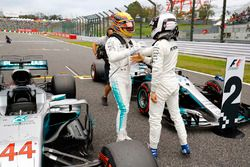 Lewis Hamilton, Mercedes AMG F1 W08, con Valtteri Bottas, Mercedes AMG F1 W08