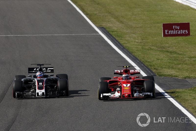 Romain Grosjean, Haas F1 Team VF-17 e Kimi Raikkonen, Ferrari SF70H lottano per la posizione