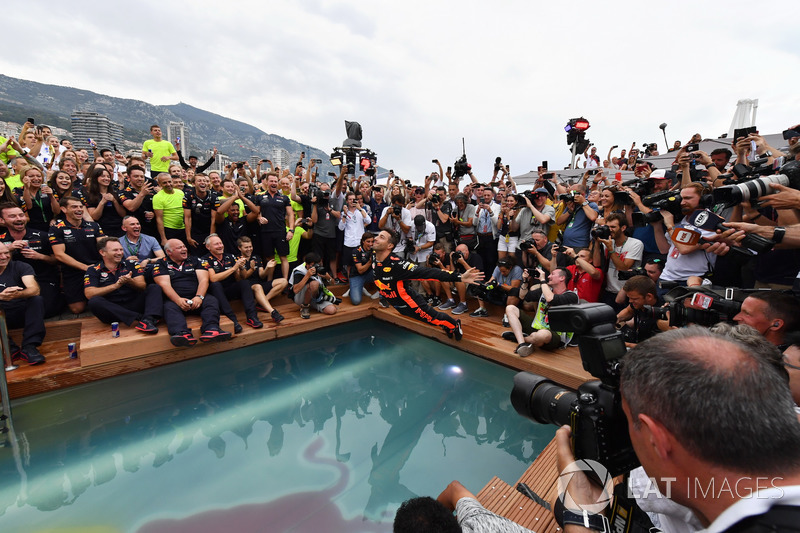 Race winner Daniel Ricciardo, Red Bull Racing celebrates in the Red Bull Energy Station swimming pool