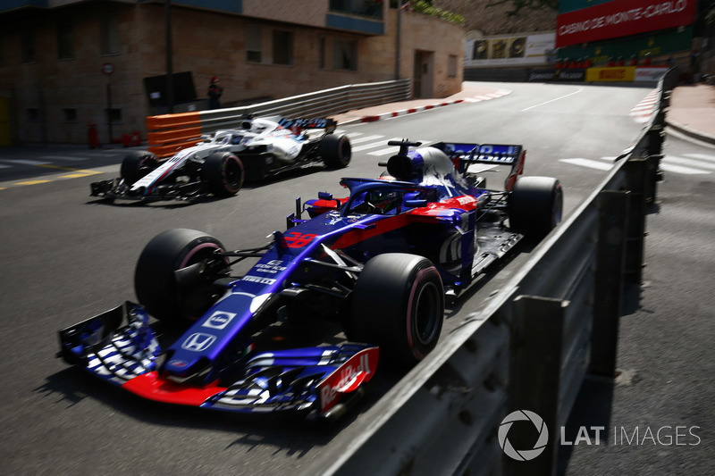 Brendon Hartley, Toro Rosso STR13, passes Lance Stroll, Williams FW41