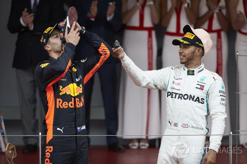 El ganador de la carrera Daniel Ricciardo, Red Bull Racing, bebe de su zapato con Lewis Hamilton, Mercedes AMG F1