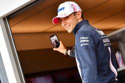 Esteban Ocon, de Force India F1, se hace un selfie