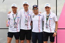 Sergio Perez, Force India avec les Champions norvégiens de saut à ski Andreas Stjernen, Robert Johansson, et Johann Andre Forfang
