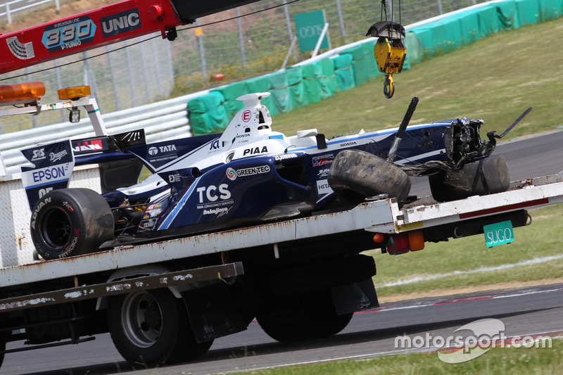 Mobil Takuya Izawa, TCS NAKAJIMA RACING, yang mengalami kecelakaan