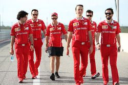 Sebastian Vettel, Ferrari, cammina lungo la pista
