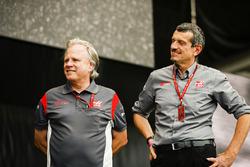 Gene Haas, dueño Haas F1 Team, Guenther Steiner, director de Haas F1 Team, en el escenario