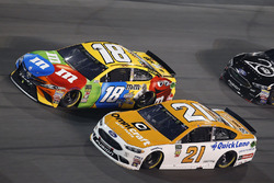Kyle Busch, Joe Gibbs Racing Toyota, Paul Menard, Wood Brothers Racing Ford Fusion