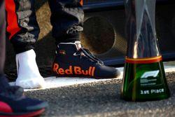 Le trophée et la chaussure du vainqueur Daniel Ricciardo, Red Bull Racing