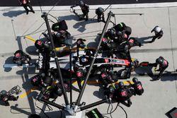 Romain Grosjean, Haas F1 Team VF-18 Ferrari, s'arrête au stand