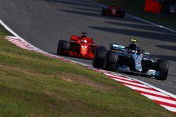 Valtteri Bottas, Mercedes AMG F1 W09, Sebastian Vettel, Ferrari SF71H, y Kimi Raikkonen, Ferrari SF71H