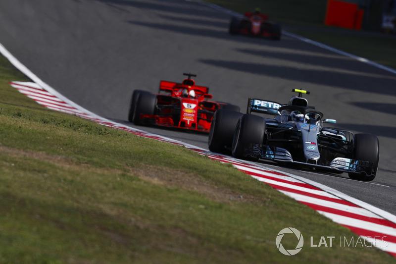 Valtteri Bottas, Mercedes AMG F1 W09, lidera sobre Sebastian Vettel, Ferrari SF71H, y Kimi Raikkonen, Ferrari SF71H