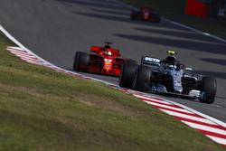 Valtteri Bottas, Mercedes AMG F1 W09, precede Sebastian Vettel, Ferrari SF71H, e Kimi Raikkonen, Ferrari SF71H