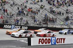 Brad Keselowski, Team Penske, Ford Fusion Discount Tire e Ryan Blaney, Team Penske, Ford Fusion REV