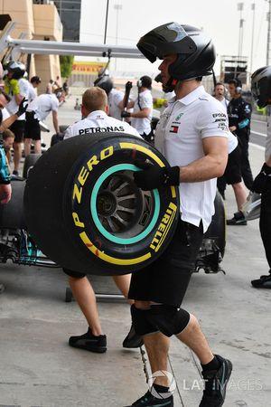 Un meccanico Mercedes AMG F1con uno pneumatico Pirelli