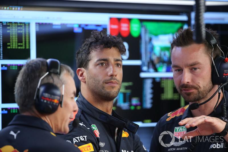 Daniel Ricciardo, Red Bull Racing, con degli ingegneri
